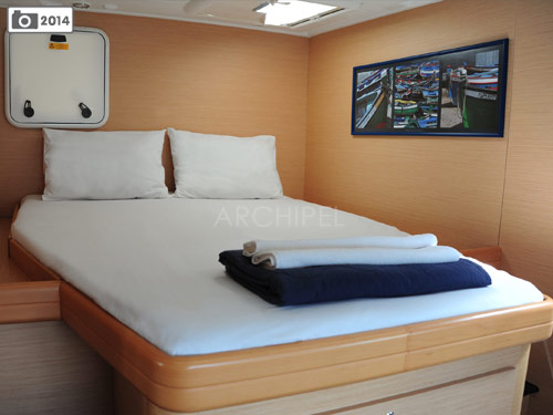 Each of the four double cabins on the catamaran has a private bathroom (sink, shower, WC). The skipper occupies his separate quarters near the bow.