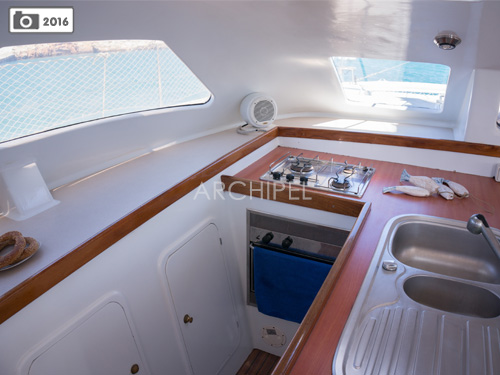In this well appointed U shaped galley you will find all necessary to prepare a nice meal: dishes, utensils, kitchen towels, fridge, gas oven and hobs.