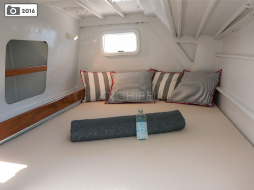 The two double cabins of the catamaran offer storage shelves, wardrobe, reading lamps and fans.